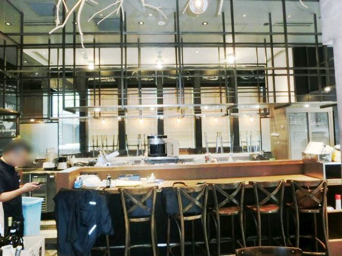 新橋駅徒歩2分、角地ビル1階、昼夜需要のある好立地店舗!ガラス張りで開放感ある美内装イタリアン居抜き◎イメージ画像1